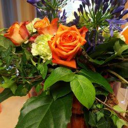 Pöydällä kukkakimppu.
