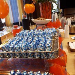 Tarjoilupöydällä suklaasuukkoja ja ilmapalloja.