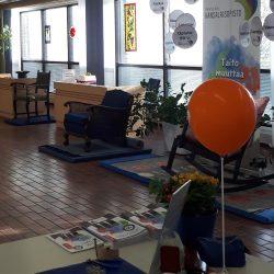 Säkylän kunnanviraston aula. Aulassa esillä eri tekniikoilla valmistettuja lasiesineitä, huonekaluja ja mattoja.